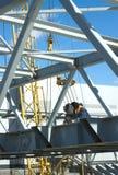 Construções do metal de soldas do trabalhador da soldadura elétrica Imagens de Stock