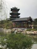 Construções do parque, pavilhões, córregos que gorgolejam imagem de stock royalty free