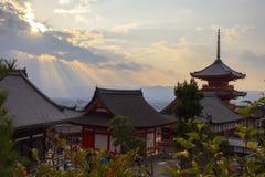 Construções do templo de Kiyomizu-dera com Kyoto, skyline da cidade de Japão e montanhas Imagens de Stock Royalty Free