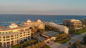 Construções do valor do lago e litoral no Palm Beach, Florida fotografia de stock
