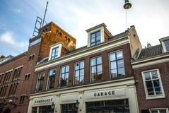 Construções do vintage & canais famosos de cidade de Amsterdão no grupo do sol Opinião geral da paisagem Fotos de Stock Royalty Free