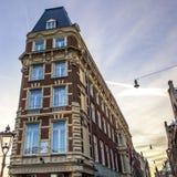 Construções do vintage & canais famosos de cidade de Amsterdão no grupo do sol Opinião geral da paisagem Fotografia de Stock