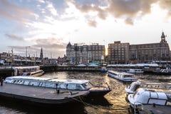 Construções do vintage & canais famosos de cidade de Amsterdão no grupo do sol Opinião geral da paisagem Fotografia de Stock Royalty Free
