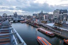 Construções do vintage & canais famosos de cidade de Amsterdão no grupo do sol Opinião geral da paisagem Foto de Stock Royalty Free