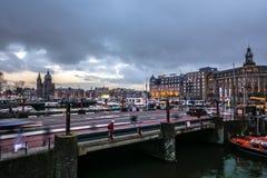 Construções do vintage & chanels famosos da cidade de Amsterdão no grupo do sol Opinião geral da paisagem Fotos de Stock Royalty Free