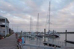 Construções, docas e barcos no por do sol em Beaufort, North Carolina imagem de stock royalty free