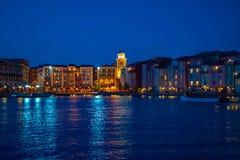 Constru??es dockside coloridas no fundo azul da noite no hotel de Portofino na ?rea 1 de Universal Studios fotos de stock