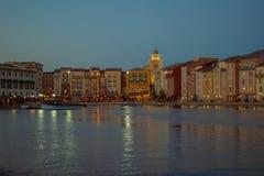 Constru??es dockside coloridas no fundo do por do sol no hotel de Portofino na ?rea 3 de Universal Studios fotos de stock royalty free