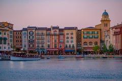 Constru??es dockside coloridas no fundo do por do sol no hotel de Portofino na ?rea 5 de Universal Studios fotos de stock