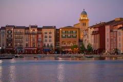 Constru??es dockside coloridas no fundo do por do sol no hotel de Portofino na ?rea 6 de Universal Studios fotos de stock