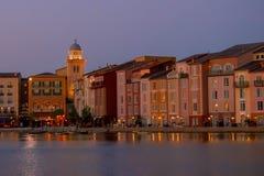 Constru??es dockside coloridas no fundo do por do sol no hotel de Portofino na ?rea 1 de Universal Studios imagens de stock
