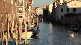 Construções e barcos no canal de Veneza fotos de stock