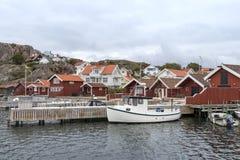 Construções e barcos velhos na costa do skerry perto da Suécia de Bovallastrand imagem de stock