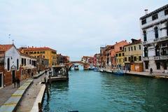 Construções e canal históricos coloridos, em Veneza, Itália Imagem de Stock Royalty Free