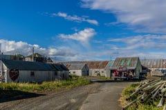 Construções e equipamento em uma fábrica de conservas salmon em Bristol Bay fotografia de stock royalty free