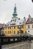 Construções e estátua = parte históricas do centro histórico de Bratislava, capital de Eslováquia imagem de stock royalty free