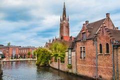 Construções e a igreja de nossa senhora em Bruges Imagens de Stock