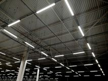 Construções e lâmpadas de aço no teto fotos de stock