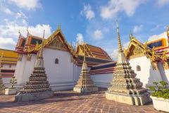 Construções e muitos chedis ornamentado no templo de Wat Pho em Banguecoque durante um dia ensolarado imagens de stock