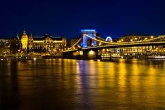 Construções e ponte Chain iluminadas na noite em Budapest Foto de Stock Royalty Free
