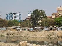 Construções e rio em Nepal imagens de stock royalty free