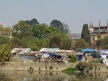 Construções e rio em Nepal foto de stock