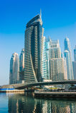 Construções e ruas altas da elevação em Dubai, UAE Fotos de Stock Royalty Free