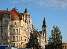 Construções e torre de sino elegantes de St Ladislaus Roman-Catholic Church em Union Square de Oradea imagens de stock