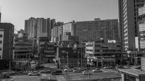 Construções e tráfego das ruas em Seoul preto e branco imagem de stock