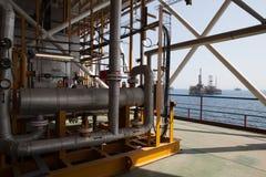 Construções e tubulações da plataforma petrolífera Imagens de Stock Royalty Free