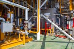 Construções e tubulações da plataforma petrolífera Fotografia de Stock