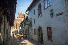 Construções e turistas idosos na cidade velha em Tallinn Fotografia de Stock Royalty Free