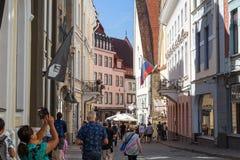 Construções e turistas idosos na cidade velha em Tallinn Fotos de Stock