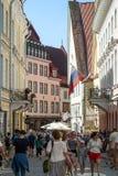 Construções e turistas idosos na cidade velha em Tallinn Fotos de Stock Royalty Free