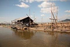 Construções em um lago para pescar Imagens de Stock Royalty Free