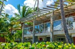 Construções entre palmeiras no recurso imagem de stock royalty free