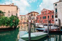 Construções europeias com o canal em Veneza, Itália Imagem de Stock Royalty Free