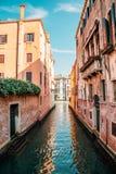 Construções europeias com o canal em Veneza, Itália Fotografia de Stock Royalty Free