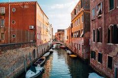 Construções europeias com o canal em Veneza, Itália Imagem de Stock