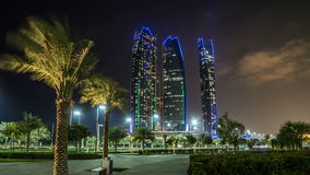 Construções famosas das torres no hyperlapse do timelapse da noite de Abu Dhabi vídeos de arquivo