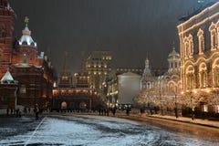 Construções festivas no quadrado vermelho sob a queda de neve imagens de stock royalty free