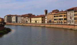 Construções históricas ao longo do rio de Arno em Pisa, Itália Fotos de Stock Royalty Free