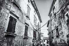 Construções históricas em Groznjan, Croácia, incolor fotos de stock