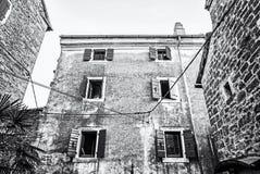 Construções históricas em Groznjan, Croácia, incolor foto de stock royalty free