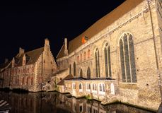 Construções históricas nos bancos dos canais na noite em Bruges, Bélgica, Europa fotos de stock royalty free