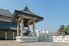 Construções internas do templo budista da relíquia do dente em Kandy, Sri Lanka. imagens de stock