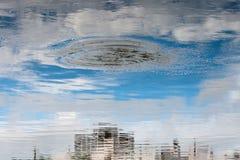Construções largas da opinião de ângulo da cidade futurista Fotografia de Stock