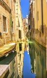 Construções laterais pequenas coloridas Veneza Itália do canal do barco Fotografia de Stock Royalty Free