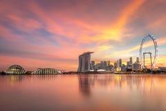 Construções lindos da skyline de Singapura com iluminações no por do sol foto de stock