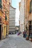 Construções listradas na aleia italiana Fotos de Stock Royalty Free